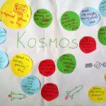 "Plakat z zapytajkami do tematu ""Kosmos""."