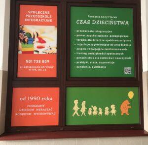 Plakat w oknie przedszkola